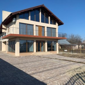 Cladire cu spatiu comercial/spatiu de birouri, depozit si apartament in Snagov!